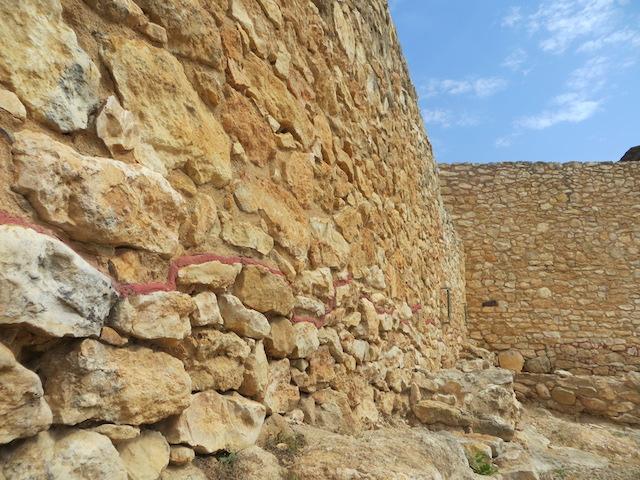 Die rote Linie markiert die originale Grundmauer der Anlage.