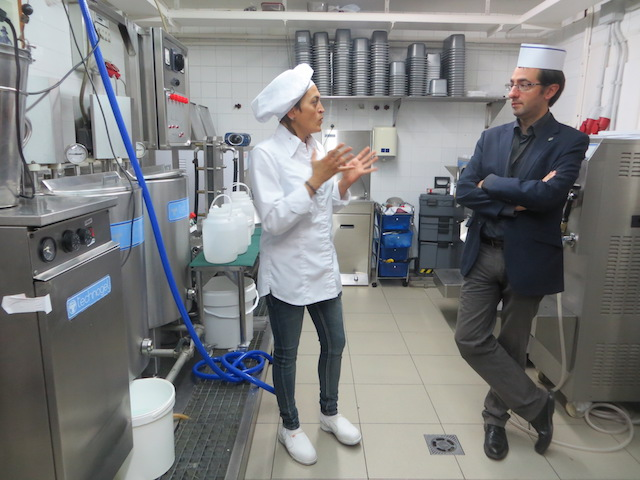 """Die Inhaberin des Ladens """"La Ibense"""" erklärt den Prozess um ein Eis herzustellen."""