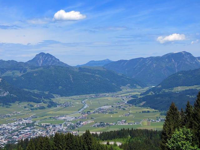 Sicht von den Alpen ins Tal in Tirol.
