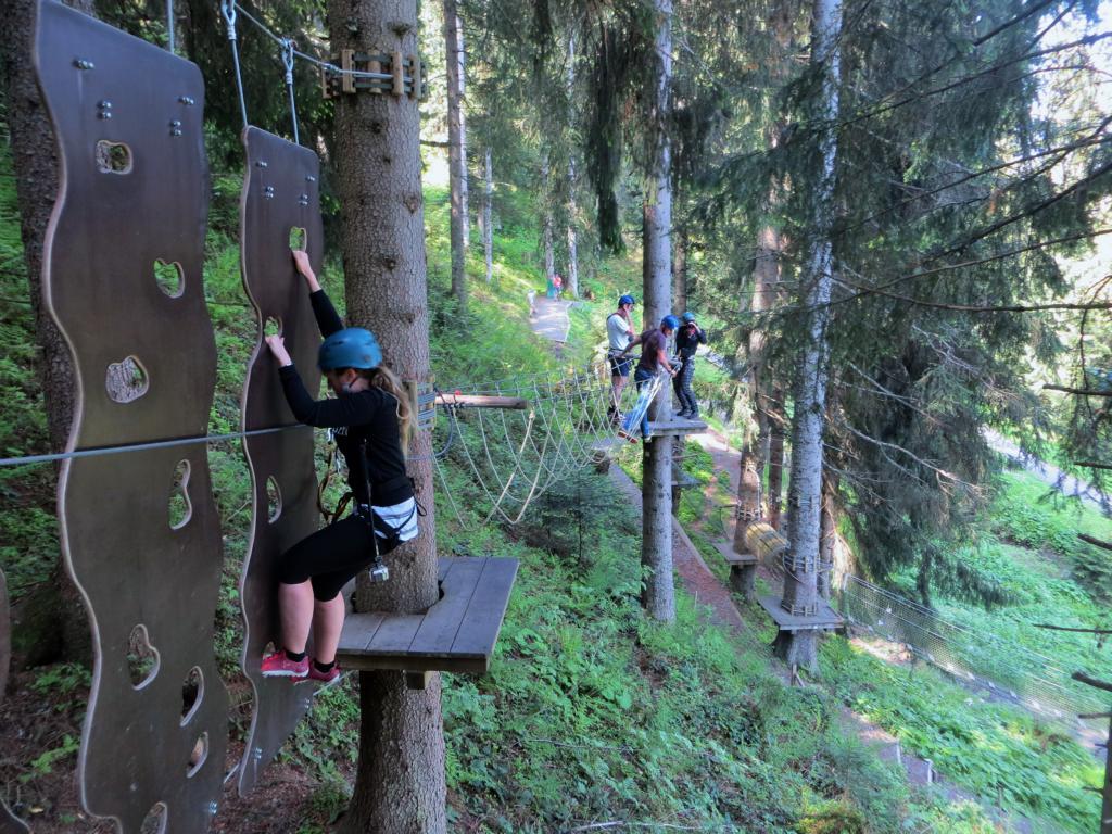 Erste Versuche im Klettergarten.