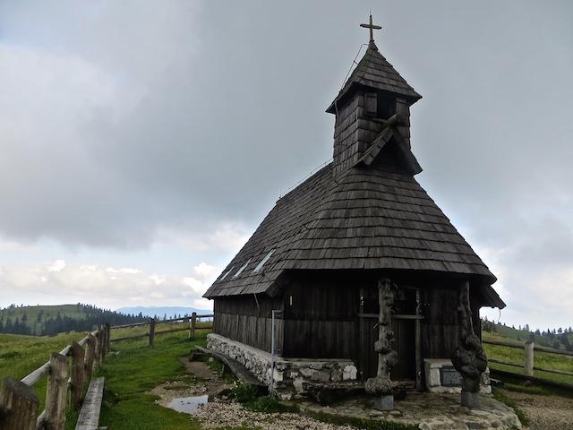 Auch eine Kirche gibt es auf der Velika planina.