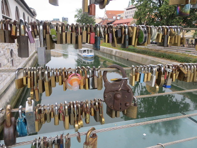 An Ljubljanas Flussufer.