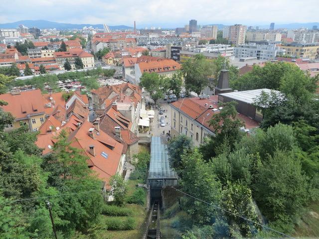 Die Standseilbahn fährt von der Stadtmitte zur Burg von Ljubljana.