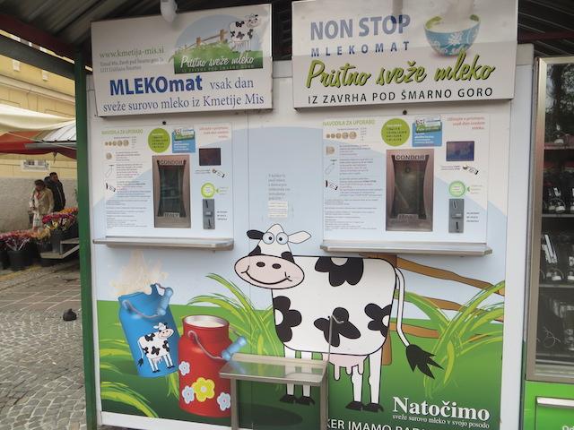 Auf dem Marktplatz von Ljubljana steht ein 24/7 Milchautomat.
