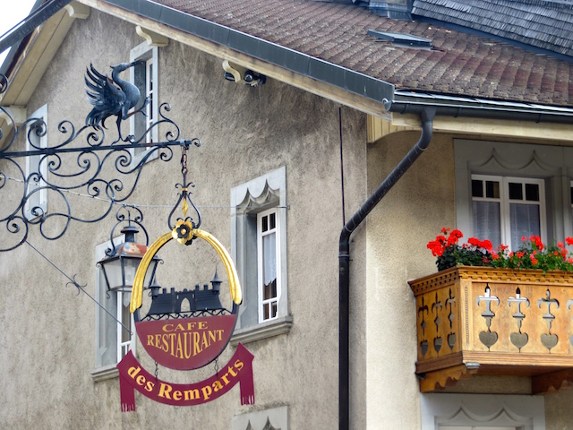 Der Kranich ist das Wappentier von Gruyères und überall in der Stadt auszumachen.