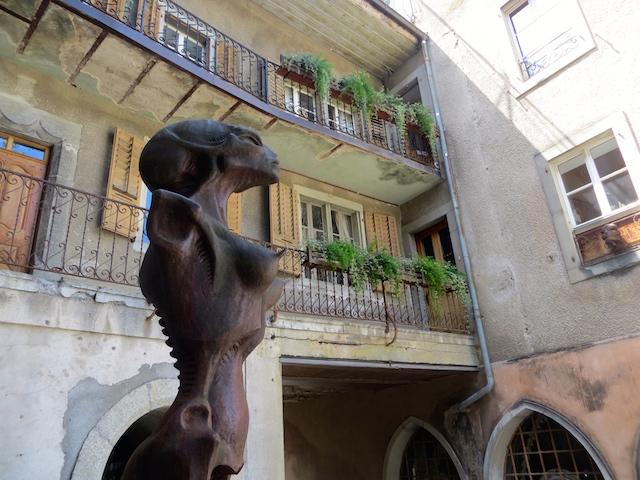 Alienskulptur vor dem H.R. Gyger Museum in Gruyères.