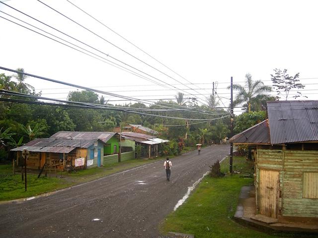 Die Hauptstrasse von Puerto Jimenez...