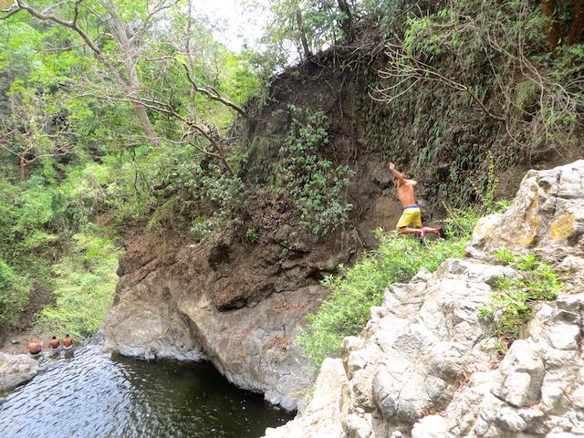 Ein Sprung in den Wasserfall!