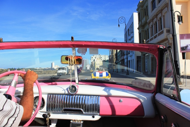 Oldtimerfahrt am Malecon in Havanna.