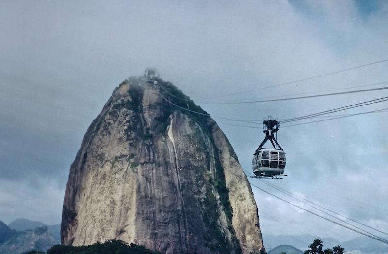 Der Zuckerhut in Rio de Janeiro in Nebel gehüllt.