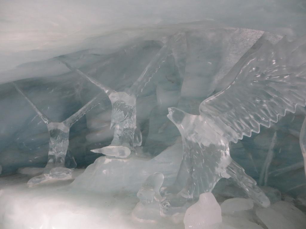 Skulpturen aus Eis gehauen.