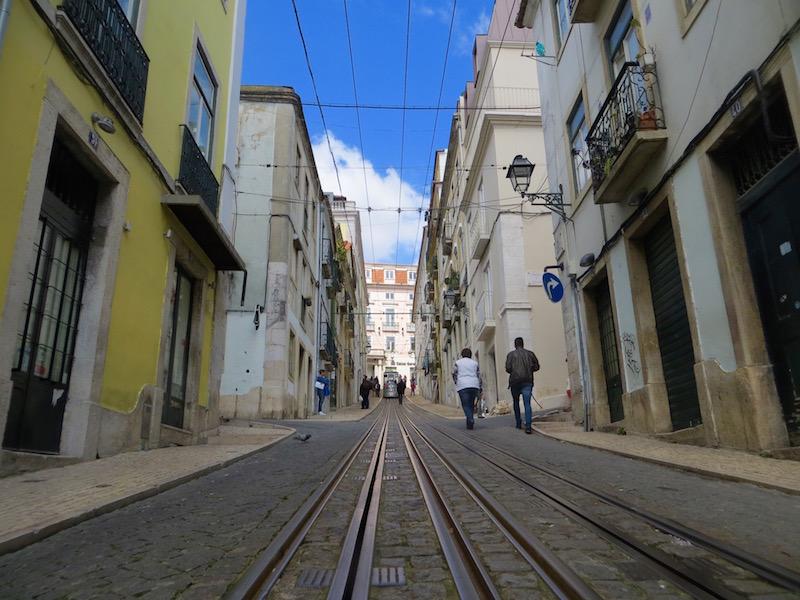 Auch hier fährt die bekannte Strassenbahn von Lissabon.