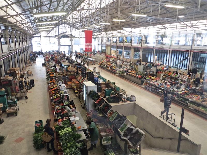Die Markthalle in Lissabon vielen frischen Waren.