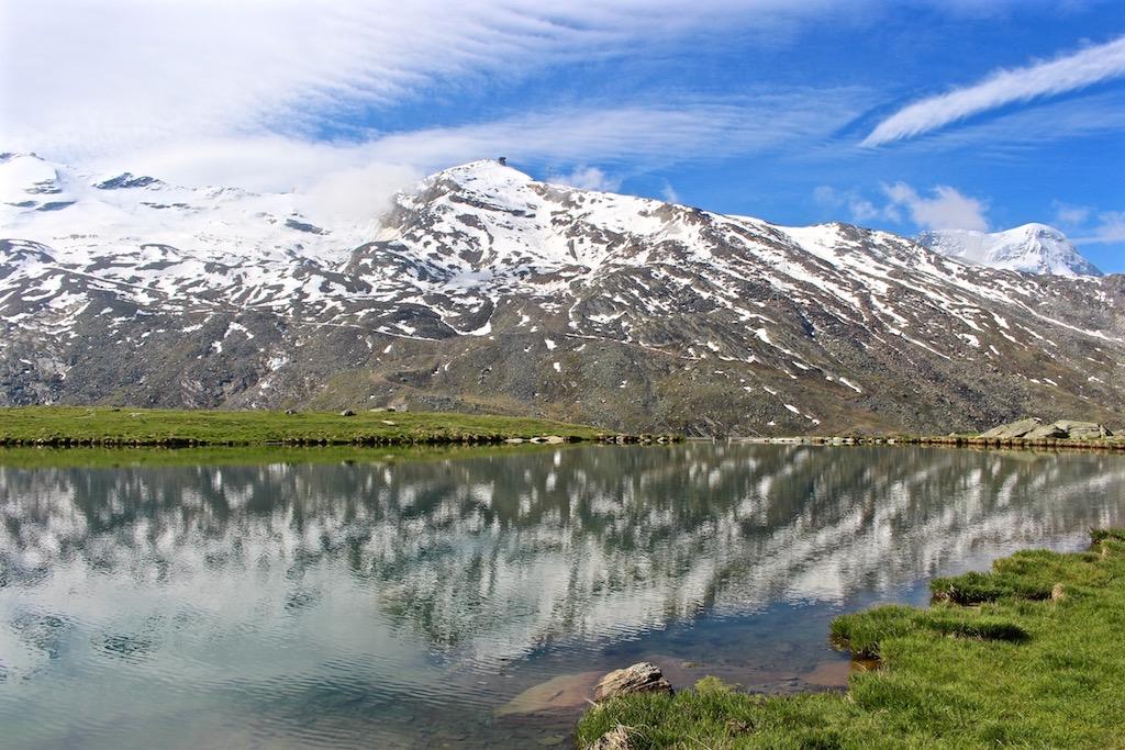 Allein die Spiegelungen der Berge im Stellisee sind die Wanderung wert!
